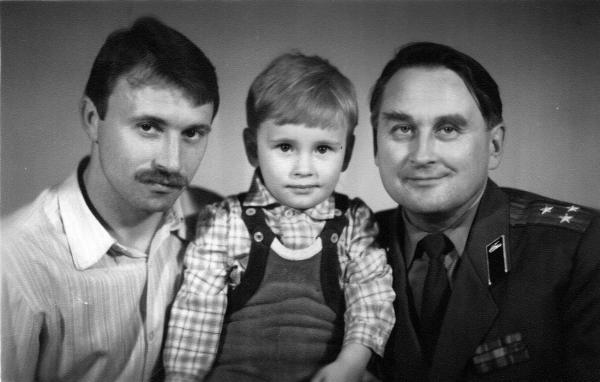 Семён Кожин. Кожин Семён Леонидович в 1987 году с Кожиным Леонид Аркадьевичем (Отцом) и Кожиным Аркадием Леонидовичем (Дедом).